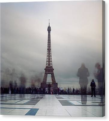 Eiffel Tower And Crowds Canvas Print by Zeb Andrews