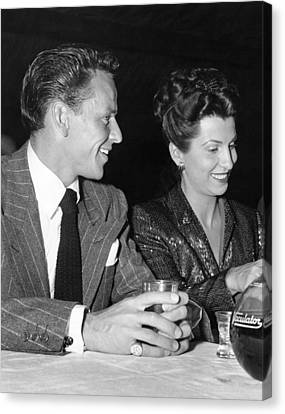 Frank Sinatra And Nancy Canvas Print by Underwood Archives
