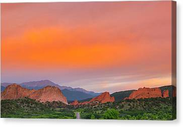 Canvas Print featuring the photograph Garden Of The Gods Sunset by Tim Reaves