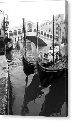 Gondole At Rialto Bridge Canvas Print