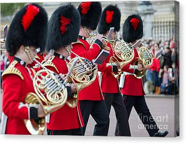 guards band at Buckingham palace Canvas Print