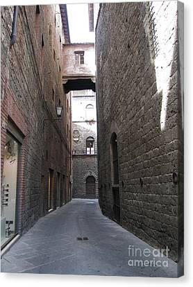 Narrow Walkways In Siena Canvas Print by Linda Ryan