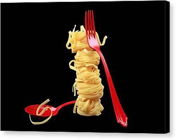 Noodles-pasta Canvas Print by Manfred Lutzius