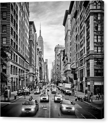 Nyc 5th Avenue Monochrome Canvas Print by Melanie Viola