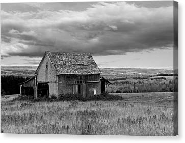 Canvas Print featuring the photograph Old Country Barn by Gary Smith