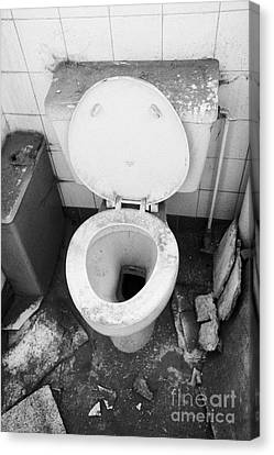 Old Dirt Covered Toilet In An Old Factory Warehouse Unit Belfast Northern Ireland Uk Canvas Print by Joe Fox