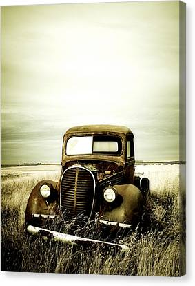 Old Ttruck In Field 2 Canvas Print by Emilio Lovisa