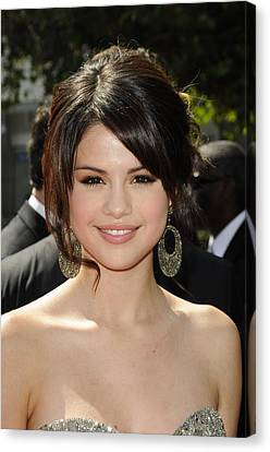 Selena Gomez At Arrivals For 2009 Canvas Print by Everett