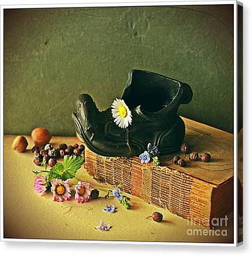 Still Life With Daises Canvas Print