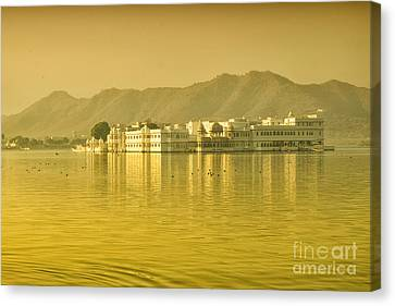 Canvas Print featuring the photograph Sunrise At Pichola Lake Palace by Yew Kwang
