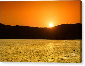 Canvas Print featuring the photograph Sunset At Pichola Lake by Yew Kwang