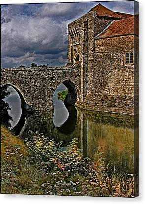 The Gatehouse And Moat At Leeds Castle Canvas Print by Chris Lord