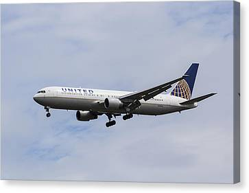 Airlines Canvas Print - United Airlines Boeing 767 by David Pyatt
