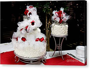 Wedding Cake And Red Roses Canvas Print by Andee Design