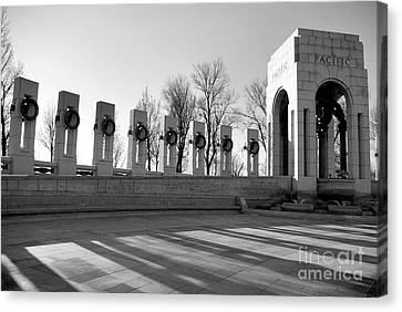 World War 2 Memorial Bw Canvas Print