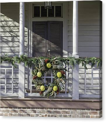Wreath At Robert Carter House Canvas Print by Teresa Mucha
