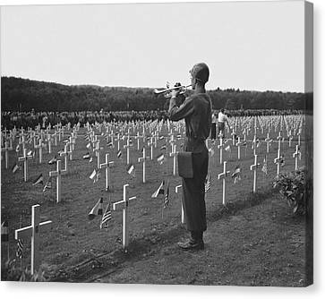 Wwii Taps Memorial Service Canvas Print by Underwood Archives