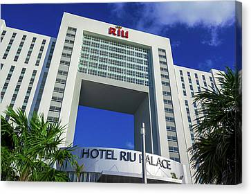 Hotel Riu Palace In Cancun Canvas Print
