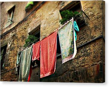 Canvas Print featuring the photograph Wash Day In Siena by Micki Findlay