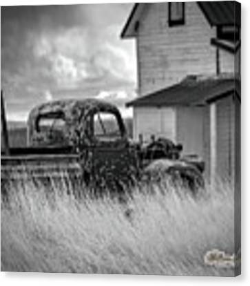Old Truck At Farmhouse Canvas Print by William Havle