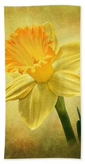 Bath Towel featuring the photograph Daffodil by Ann Lauwers