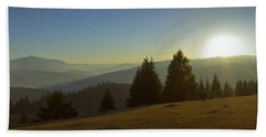 Mountain Panorama At Sunset With Beautiful Sun Glare Bath Towel