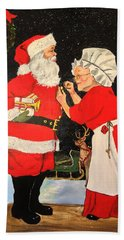 Bath Towel featuring the painting Santa And Mrs by Alan Lakin