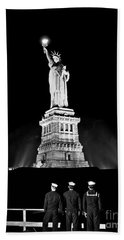 Statue Of Liberty On V E Day Hand Towel