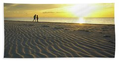 Beach Silhouettes And Sand Ripples At Sunset Bath Towel