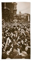Churchill Mobbed In Whitehall On Ve Day Bath Towel