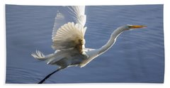Great Egret Taking Flight Bath Towel