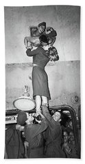 Marlene Dietrich Kissing Soldier Returning From Ww2 1945 Hand Towel