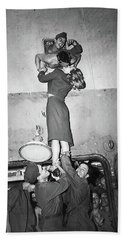 Marlene Dietrich Kissing Soldier Returning From Ww2 1945 Bath Towel