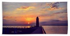 Bath Towel featuring the photograph Milwaukee Lighthouse by Nikki McInnes