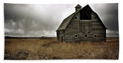 Hand Towel featuring the photograph Old Barn by Linda Bianic