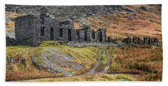 Bath Towel featuring the photograph Old Ruin At Cwmorthin by Adrian Evans
