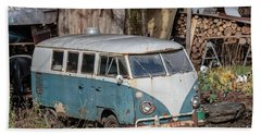 Old Vw Hippy Bus In Vermont Bath Towel