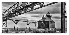 Sturgeon Bay Ship Canal North Pierhead Lighthouse In Black And White Bath Towel