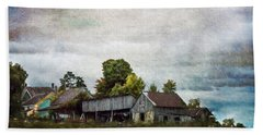 Hand Towel featuring the photograph Vermont Barn by Judy Wolinsky