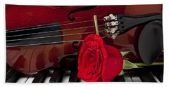 Violin And Rose On Piano Bath Towel