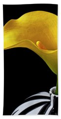 Yellow Calla Lily In Black And White Vase Bath Towel