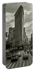 Flatiron Building - Black And White Portable Battery Charger