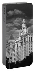 New York Municipal Building - Black And White Portable Battery Charger