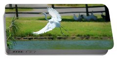 Great Egret In A Left Banking Turn - Digitalart Portable Battery Charger