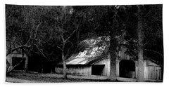 Autumn Barn In Alabama Bw Beach Towel