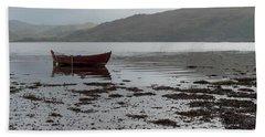 Boat And Seaweed In Isle Of Skye, Uk Beach Towel