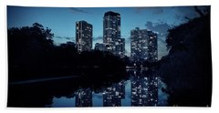 Chicago High-rise Buildings By The Lincoln Park Pond At Night Beach Towel