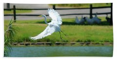 Great Egret In A Left Banking Turn - Digitalart Beach Towel