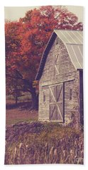 Old Barn In Vermont Beach Sheet by Edward Fielding