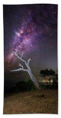 Striking Milkyway Over A Lone Tree Beach Towel
